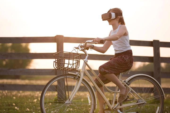 Mädchen auf Fahrrad mit VR-Brille