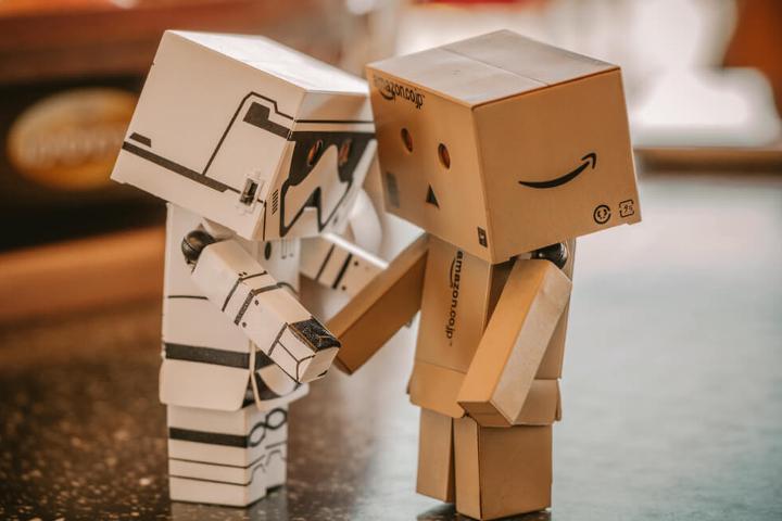 Zwei Roboter aus Pappkarton